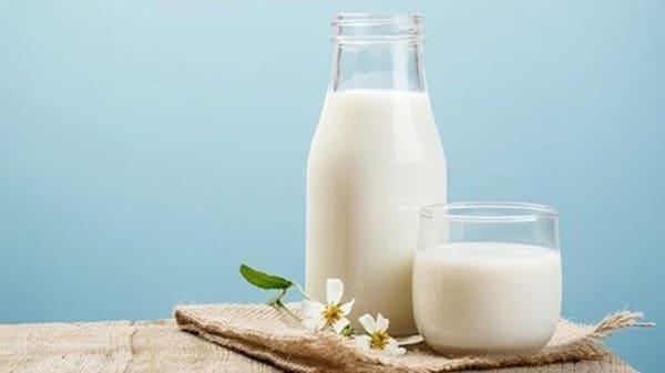 Người bị vảy nến nên kiêng sữa tươi