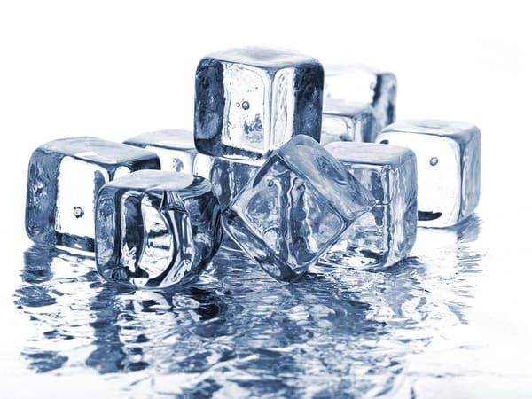 Chườm đá lạnh là giải pháp tạm thời rất hữu hiệu với mề đay