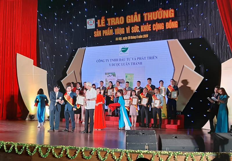 Đại diện Công ty TNHH đầu tư và phát triển Y dược Luân Thành lên nhận giải