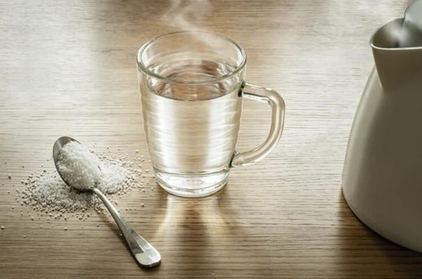 Ngâm muối và nước ấm giúp sát trùng và cải thiện tình trạng viêm nhiễm rất tốt