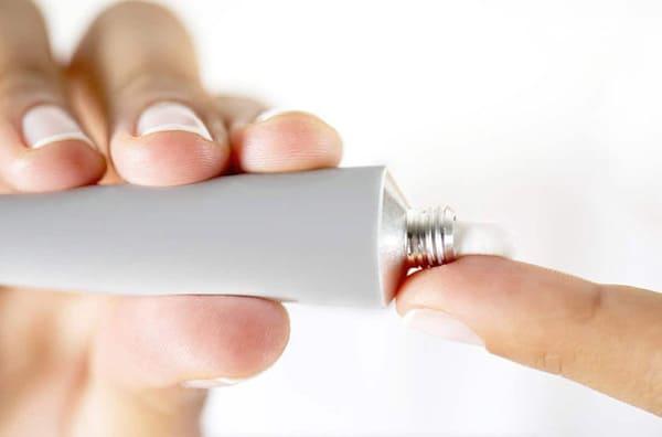 Trước khi sử dụng các loại kem bôi ngoài da người bệnh cần được sự đồng ý của bác sĩ