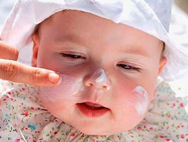 Dưỡng da cho bé mỗi ngày để làm giảm các triệu chứng của bệnh