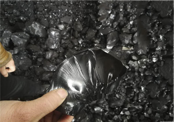Nhựa than hay còn có tên gọi khác là hắc ín