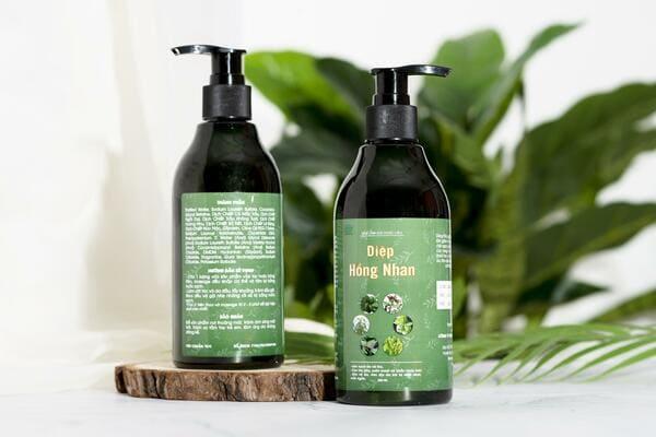 Nên sử dụng các loại dầu tắm gội thảo dược thay thế để tránh kích ứng da trên người bệnh