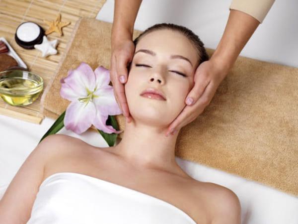 Dùng dầu dừa massage trực tiếp lên những vùng da bệnh