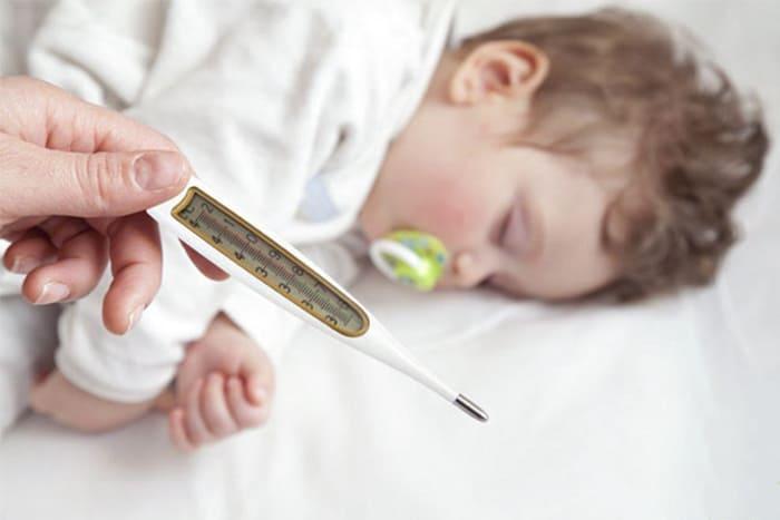 Sốt do quá mệt mỏi khi cơ thể phải liên tục phản ứng lại với tình trạng bệnh