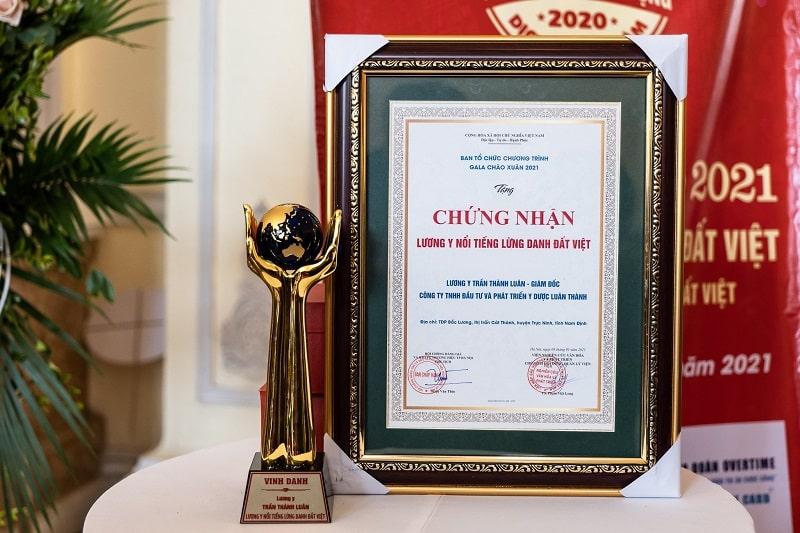 Cúp và bảng vàng Lương y nổi tiếng lừng danh đất Việt