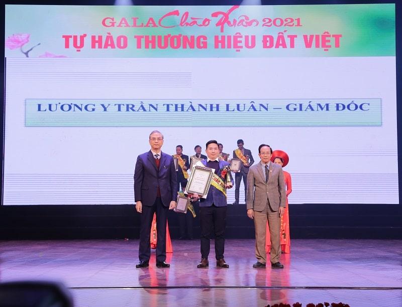Lương y Thành Luân nhận giải tại chương trình